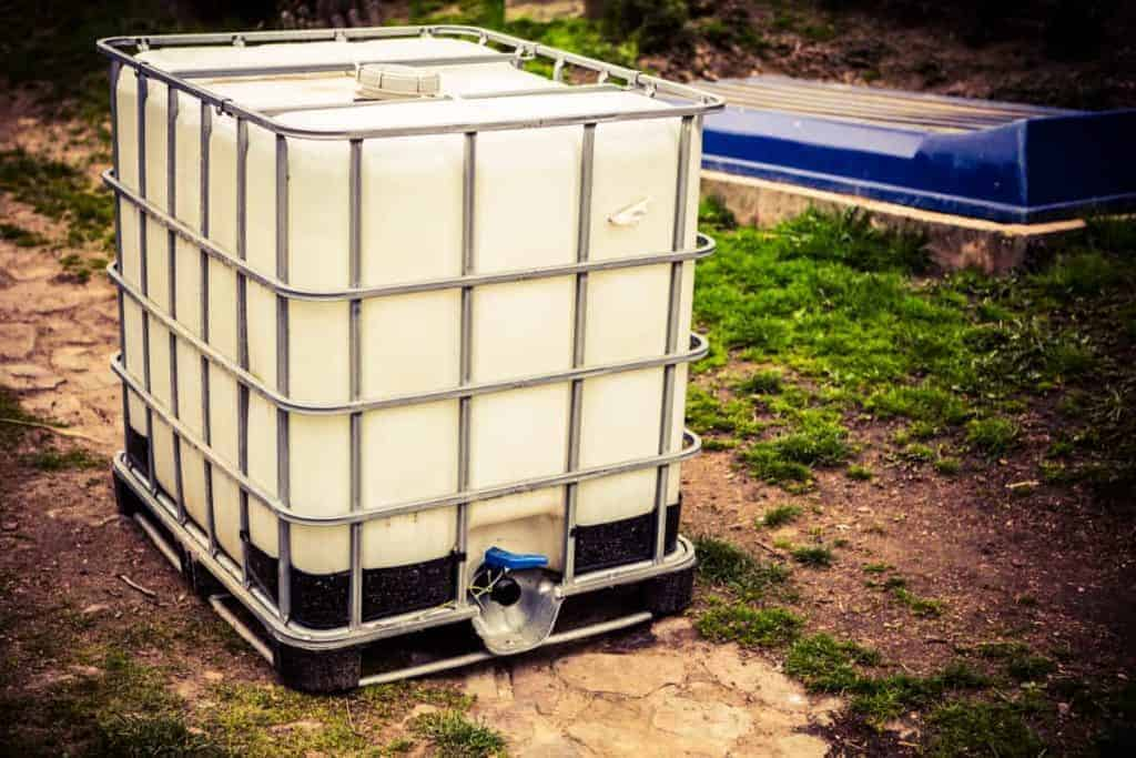 Outdoor opaque emergency water storager tank
